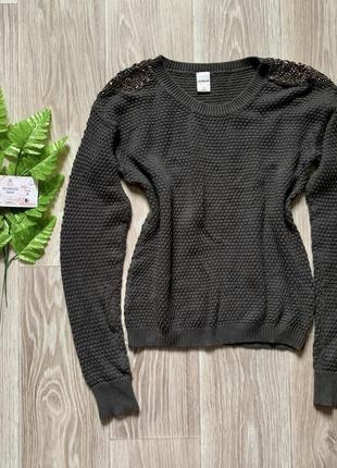 Серый вязанный свитер с вышитыми погонами