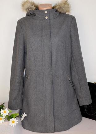 Брендовое серое пальто на молнии с меховым капюшоном и карманами george вьетнам этикетка