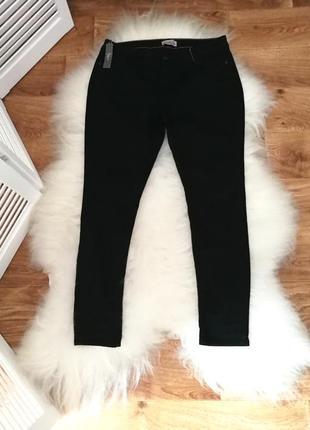Черные джинсы с прорезными коленями, р. 18