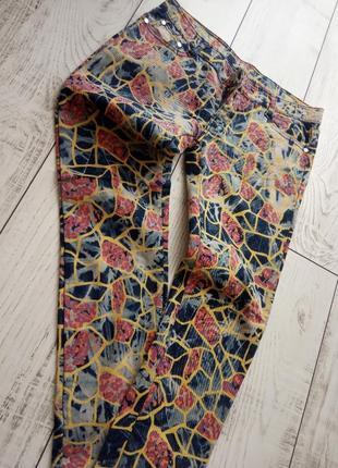 Яркие стильные джинсы