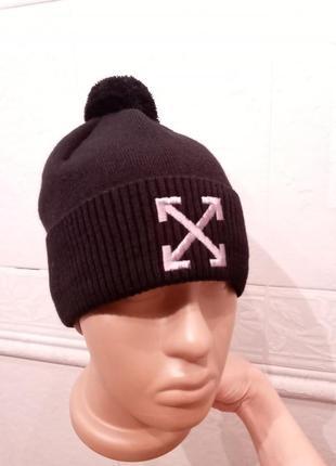Стильная черная шапка с бубоном с вышивкой х