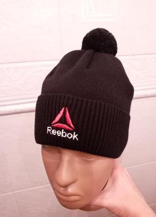 Стильная шапка с отворотом и бубончиком с вышивкой rbk