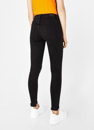 Темно-серые коттоновые джинсы скинни на высокой посадке с прорезами bershka