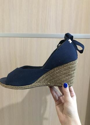Босоножки с открытым носком на танкетке плетёные синие тканевые с завязочками