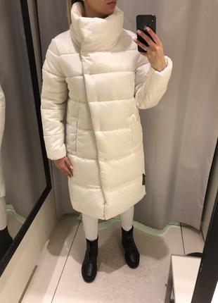 Белое плотное пальто удлинённая куртка. reserved. размеры уточняйте.