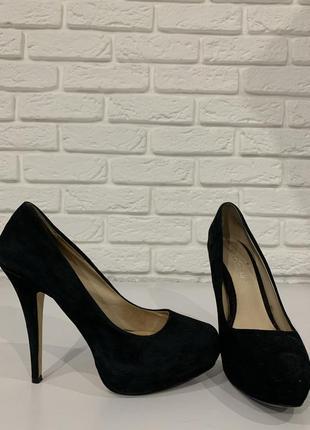Замшелые туфли на высоком каблуке