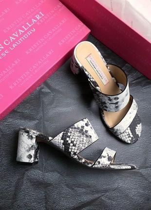 Kristin cavallary оригинал черно-белые стильные кожаные босоножки сабо с змеиным принтом