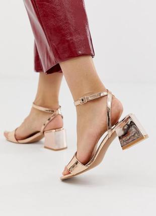 Золотые босоножки на блочном каблуке асос asos