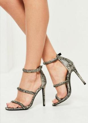 Босоножки на каблуке с змеиным принтом missguided