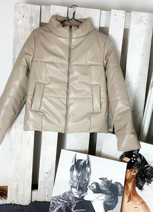 Новая бежевая курточка из эко-кожи