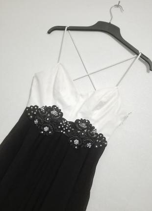 Коктельное платье с кружевом и стразами