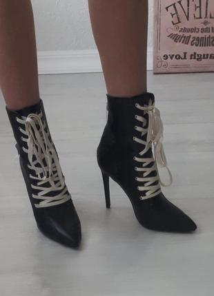 Стильные ботинки, ботинки с массивной шнуровкой. черные ботинки на шпильках