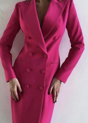 Яркое розовое платье пиджак