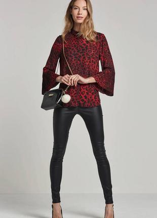 Красивая стильная блуза с оригинальным рукавом в модный анималистичный  принь