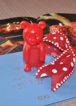 Ароматизированная свеча красный мишка, запах корицы акция