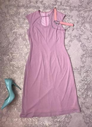 Пудровое облегающее платье миди с разрезом, по фигуре