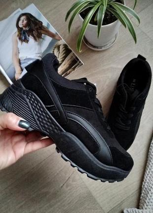 Стильные черные кроссовки