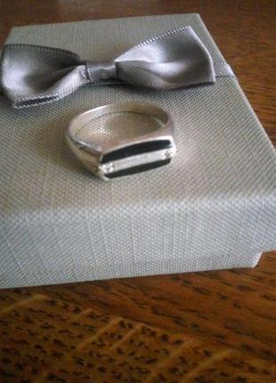 Серебряный перстень-печатка с черной эмалью и фионитами 925 проба размер 21