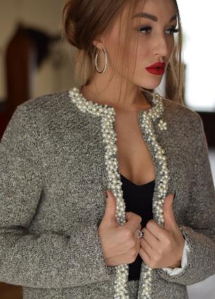 Женский костюм с жемчугом.