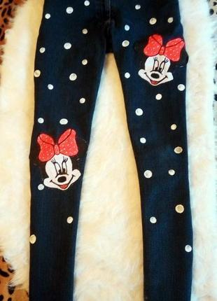 Темные синие плотные джинсы с принтом рисунком микки в горошек
