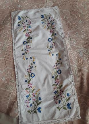 Красивая салфетка дорожка с вышивкой