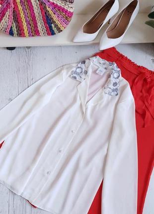 Блуза в бельевом пижамном стиле.
