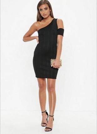 Маленькое черное бандажное платье на одно плече
