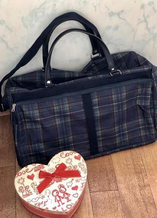 Красивая и стильная сумка в клетку дорожная