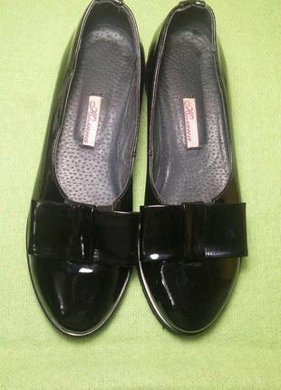 Лаковые туфли.