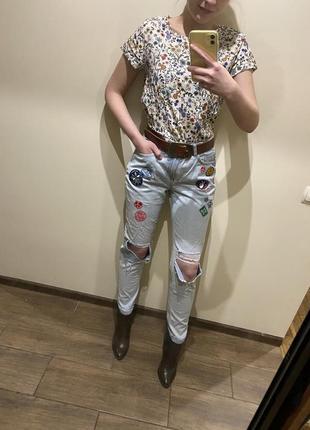 Рвані джинси з хіппі нашивками / рваные джинсы с хипстерскими нашивками
