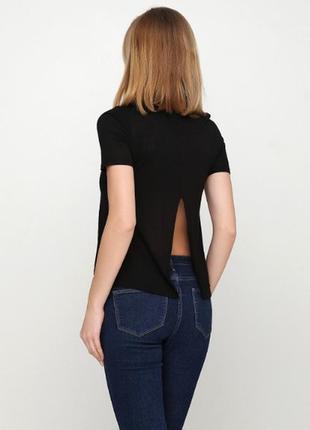 Вискозная футболка с разрезом на спине