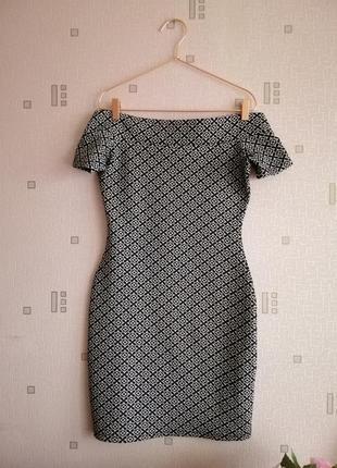 Силуетное платье со спущенными плечами