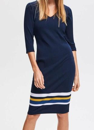 Платье миди полоска синего цвета с вырезом