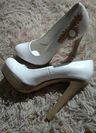 Абалденные фирменные туфли на высоком каблуке с вышивкой и мощной подошвой-39-40р