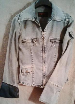 Серая джинсовая куртка на молнии