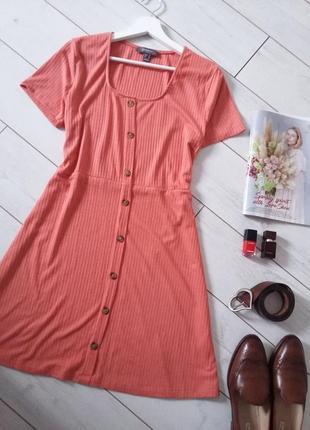 Стильное трикотажное платье на пуговицах