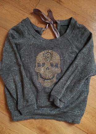 Модный свитер свободного кроя  с открытой спиной