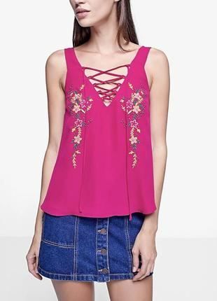 Малиновая блуза с вышивкой и шнуровкой