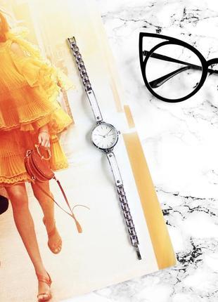 Необычные часы часики с белыми вставками под кожу