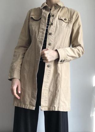 Бежевая удлиненная  джинсовая курточка плащ