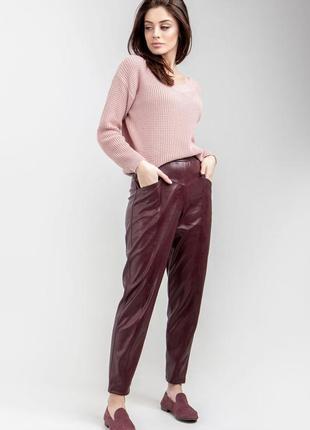 Трендовые кожаные брюки свободные в бедрах
