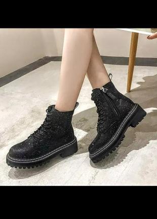 Шикарные чёрные ботинки в стразах на шнуровке и тракторной подошве .