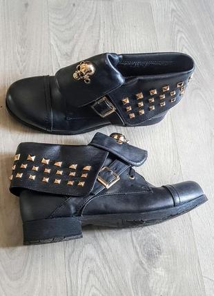 Клевые чёрные ботинки с отаоротами и заклепками