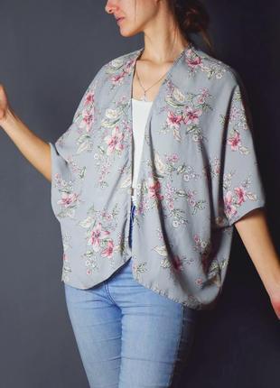 Серая блуза - накидка в цветочных узорах