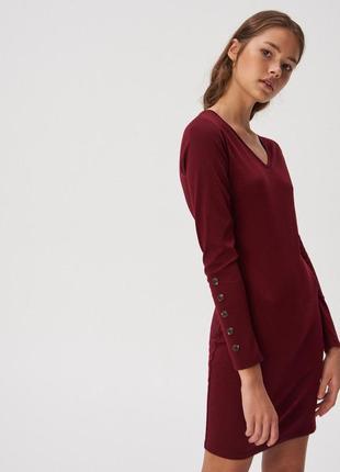 Платье приталенноес v-образным вырезом