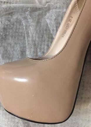 Туфли с красной подошвой.
