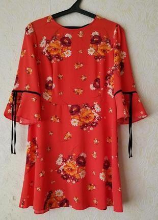 Красное платье цветочный принт