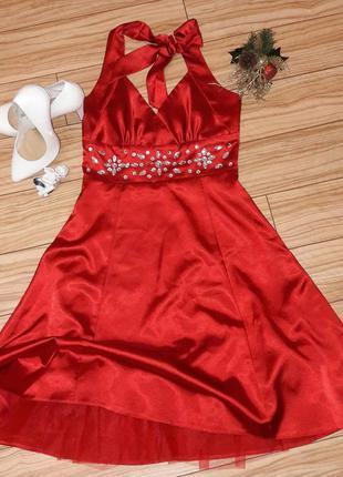 Ярко красное атласное платье с пышной юбкой