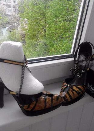 Туфли-босоножки с тигровым принтом