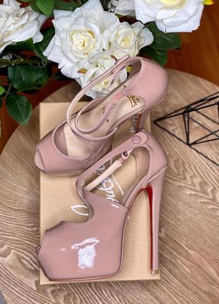 Лакированные туфли на высоком каблуке